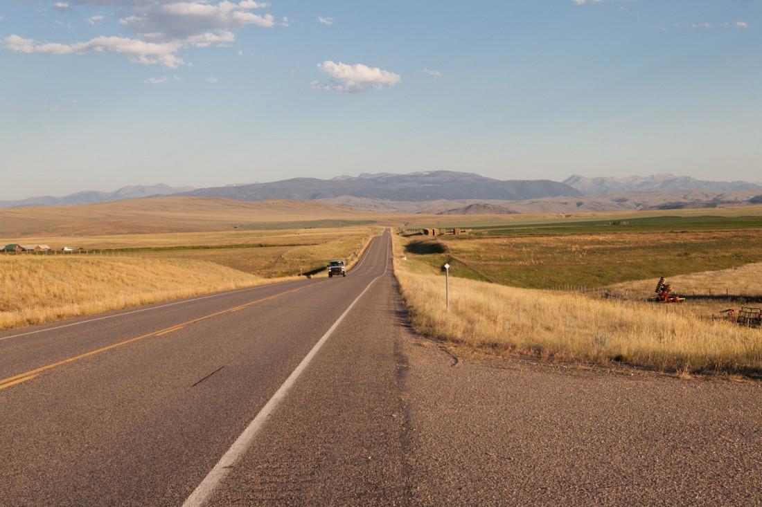 Mit wenigen Abwechslungen verbringen wir auch den nächsten Tag auf der Straße und folgen dieser von Horizont zu Horizont.