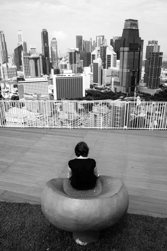 Julia geniesst den Ausblick von der Dachterasse des Pinnacles