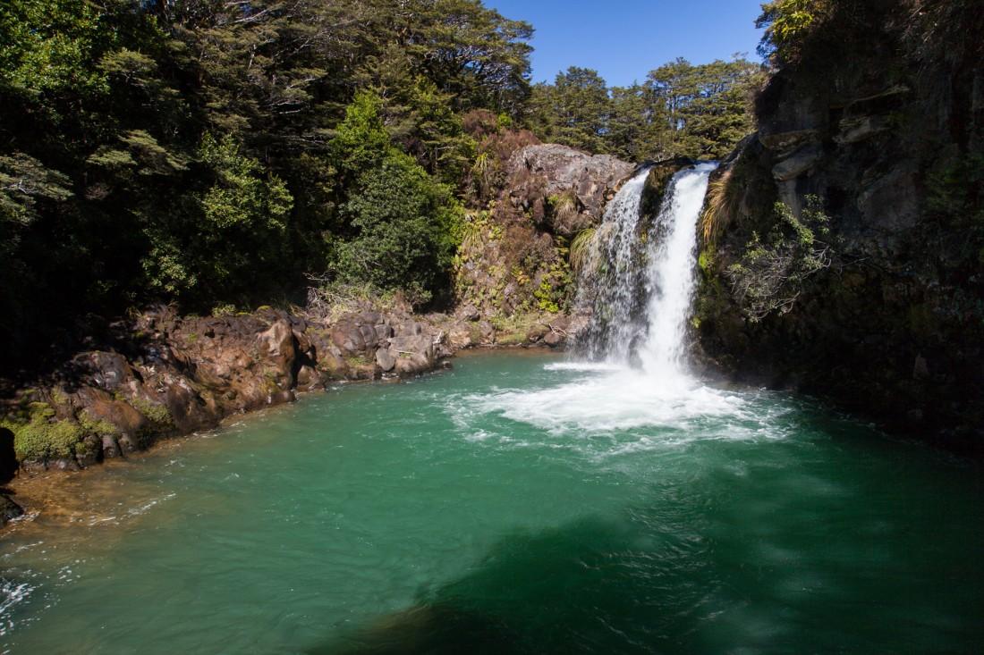 Wasserfall mit smaragdgrünen Pool