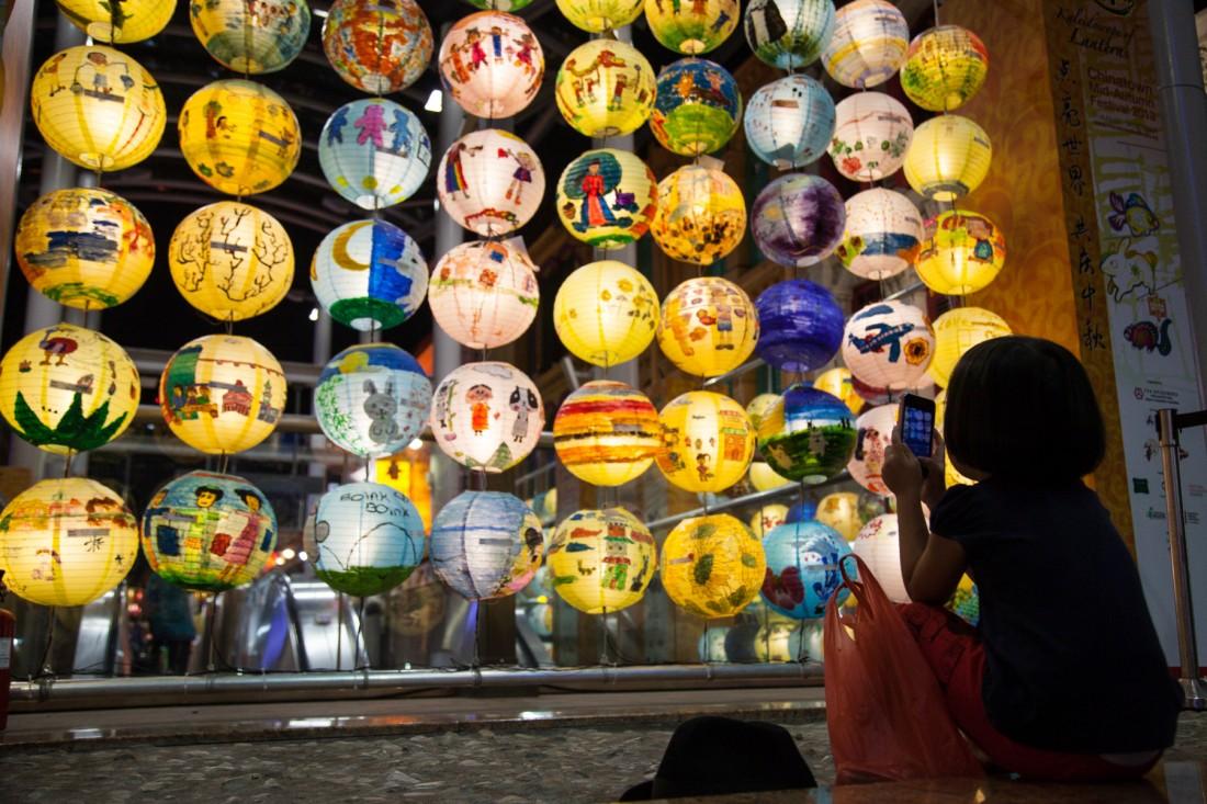Die vielen bunten Lampions wurden von Schulkindern gestaltet