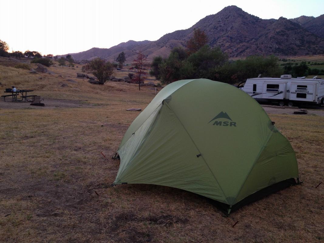 Nachdem wir in Las Vegas unsere letzten Dollarscheine verzockt hatten, ging die Fahrt weiter in den auf 2000m Höhe gelegenen Sequoiapark. Um gleich morgens starten zu können übernachteten wir auf einem Campingplatz direkt am Fuße des Parks.