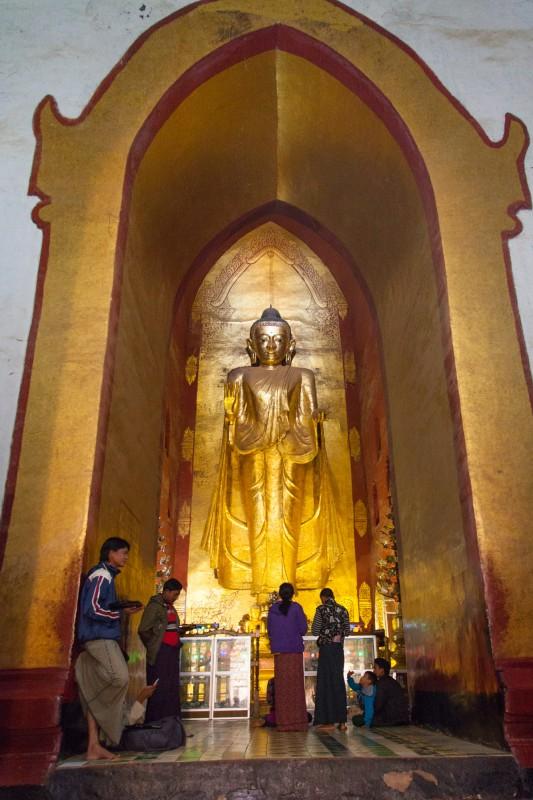 Stehende Buddhastatue im Ananda Tempel
