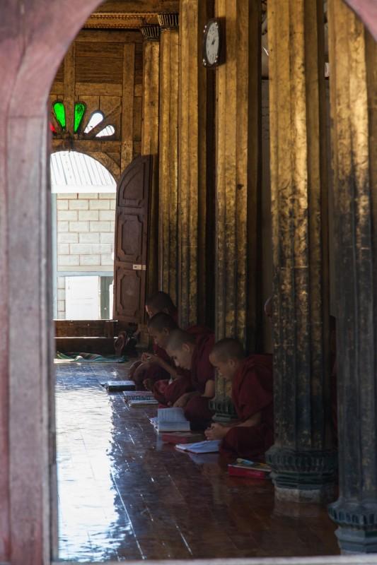 Im atiken Shwe Yan Bye Kloster ganz aus Teak-Holz wird fleissig