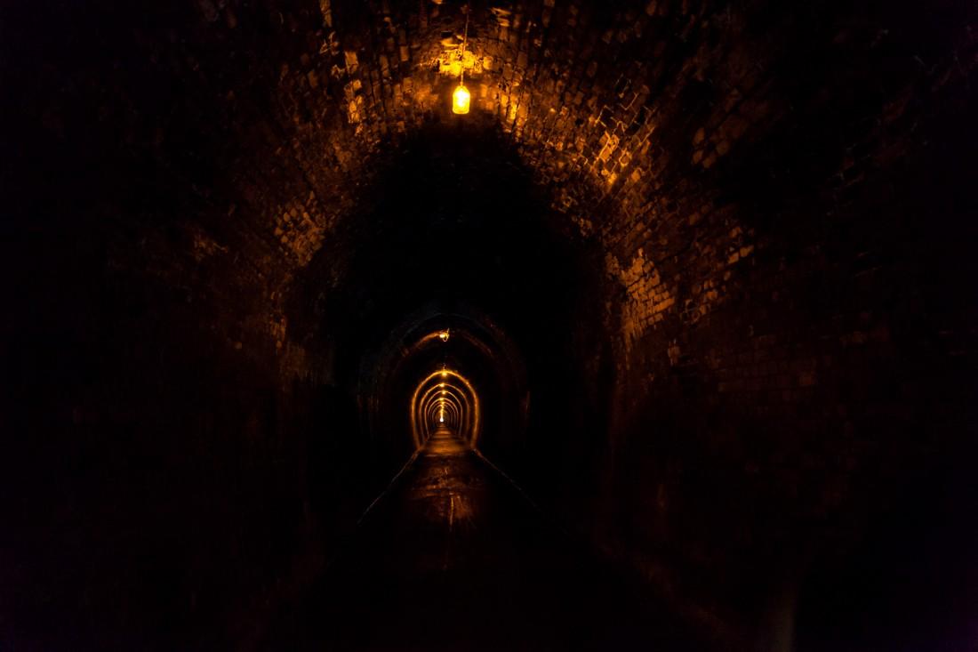Der Weg führt durch einen 1000 Meter langen ehemaligen Eisenbah