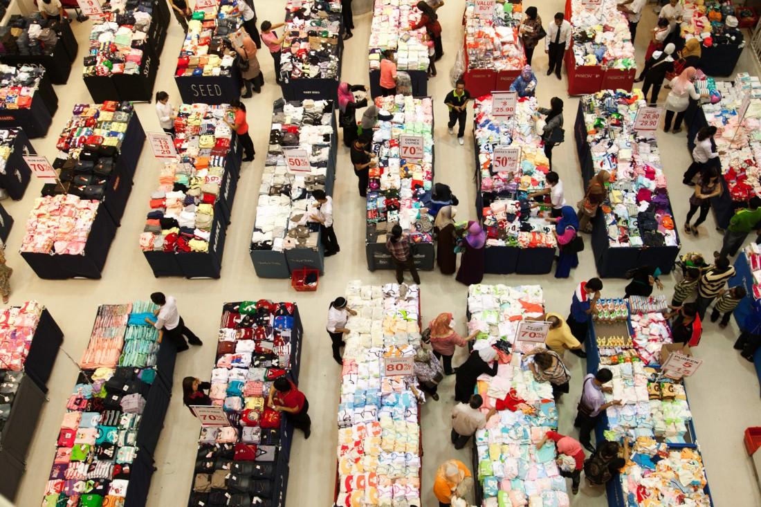 Berge von Kinderkleider in einer Mall