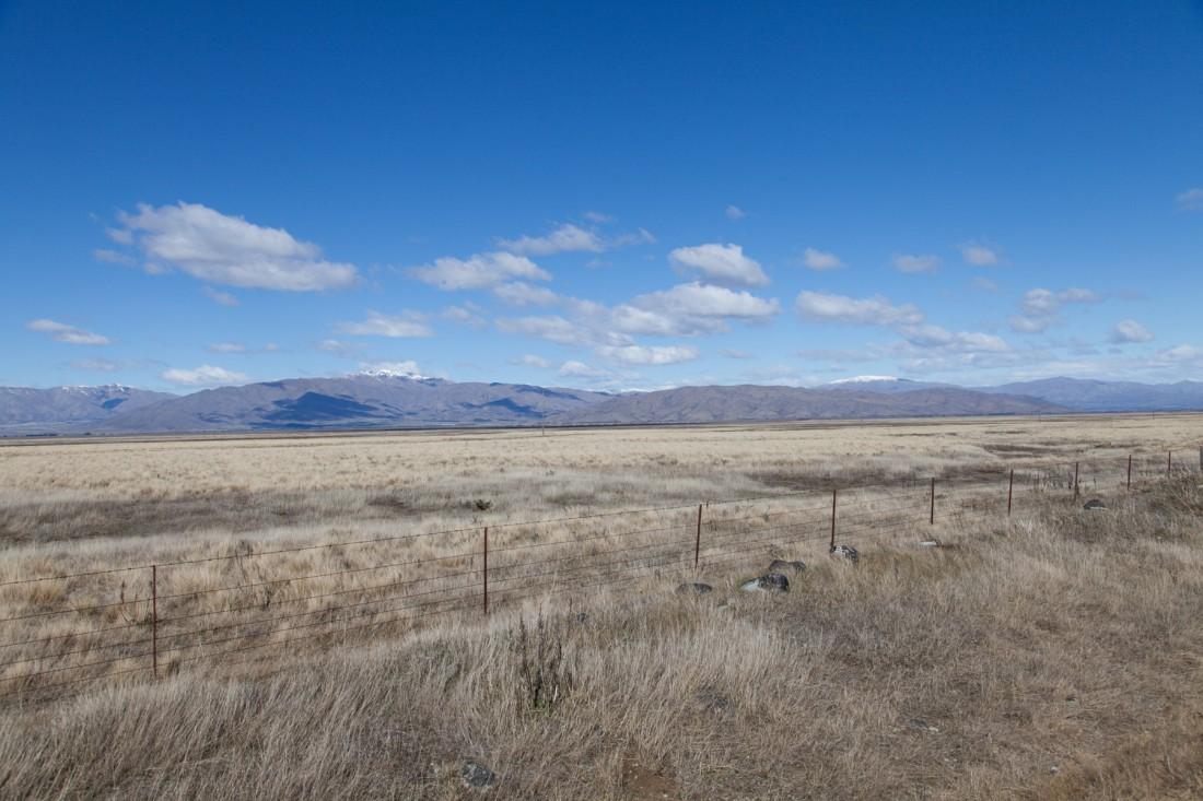 Pastellfarbene Berge und Steppe im Mackenzie District