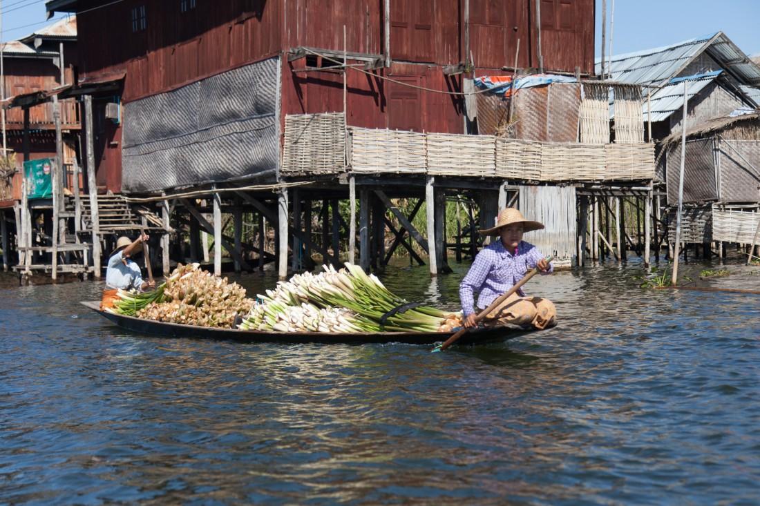 Auf und rund um den See wird alles mit Booten transportiert