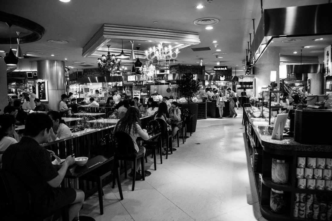 Riesiger Food-Court im 3. und 4. Untergeschoss des ION in der Or