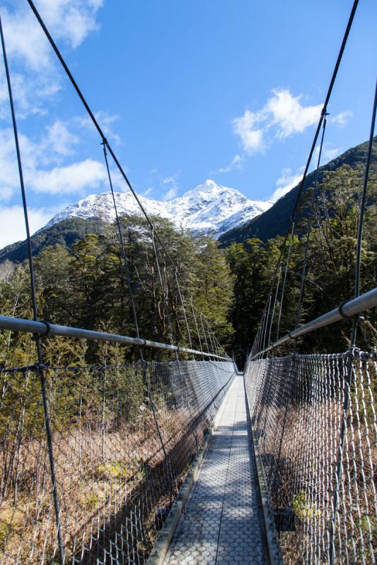 Viele Hängebrücken entlang des Weges überspannen türkis-blau