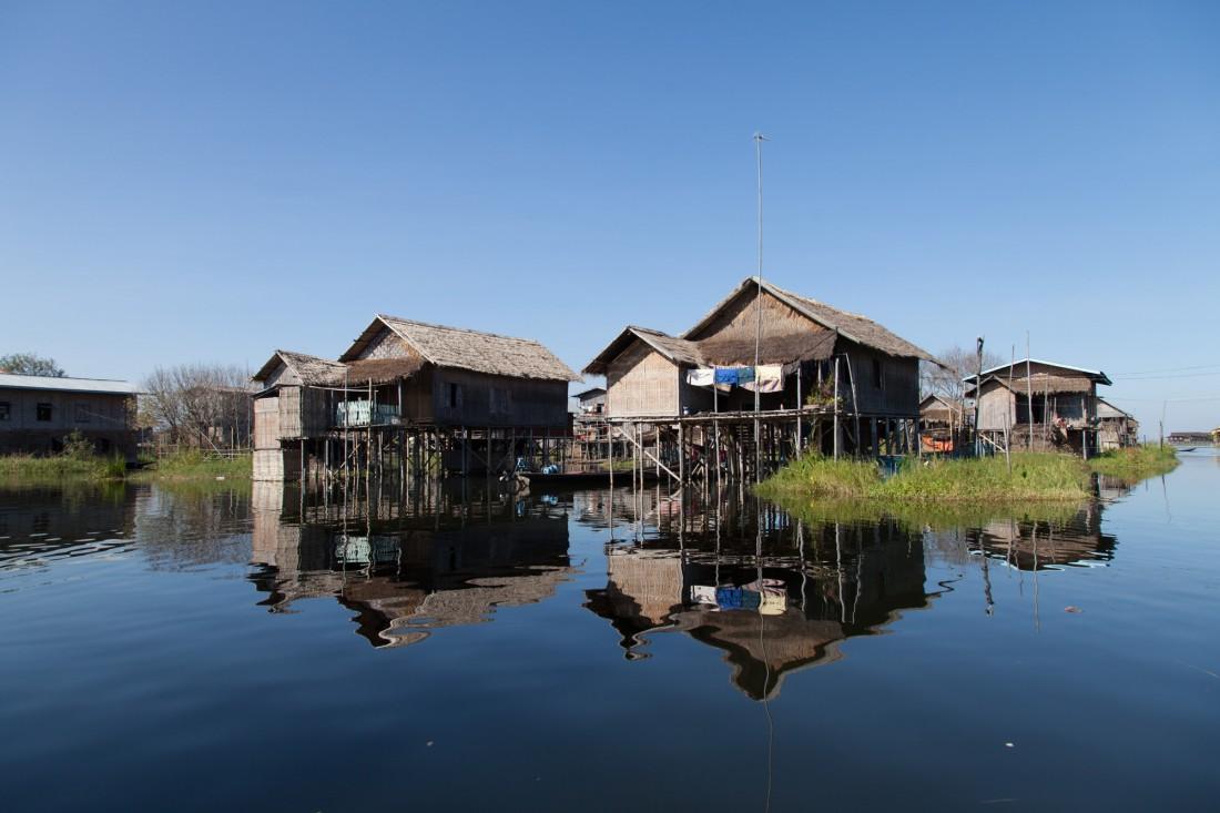 Die Häuser am Ufer des Sees sind auf Pfählen gebaut