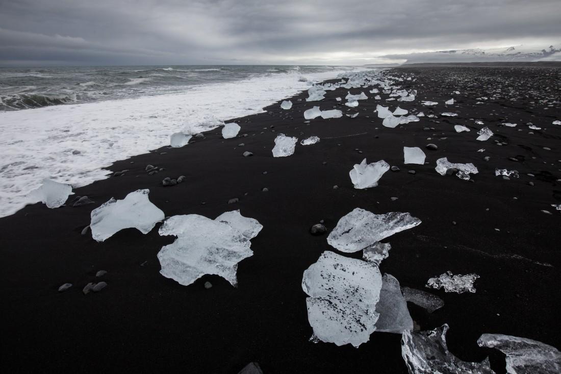 Die Eisbrocken werden aus der Lagune ins Meer gespült und dann wieder an den schwarzen Strand angetrieben.