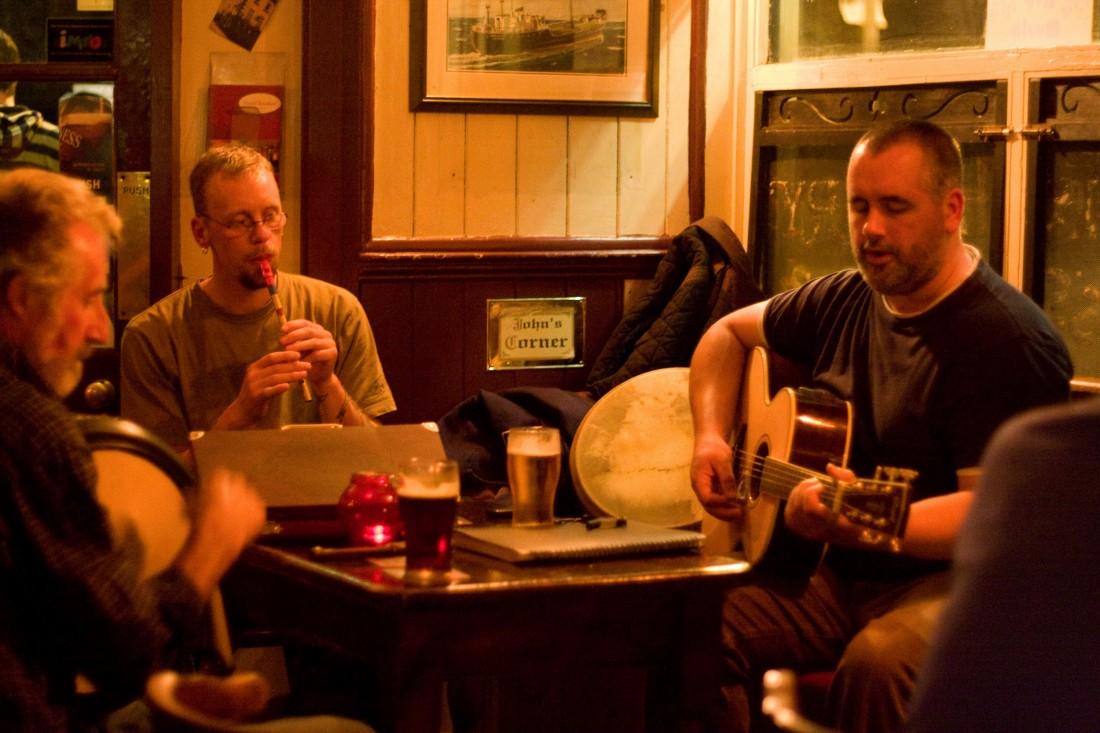 Gäste geben ein Konzert in Cork