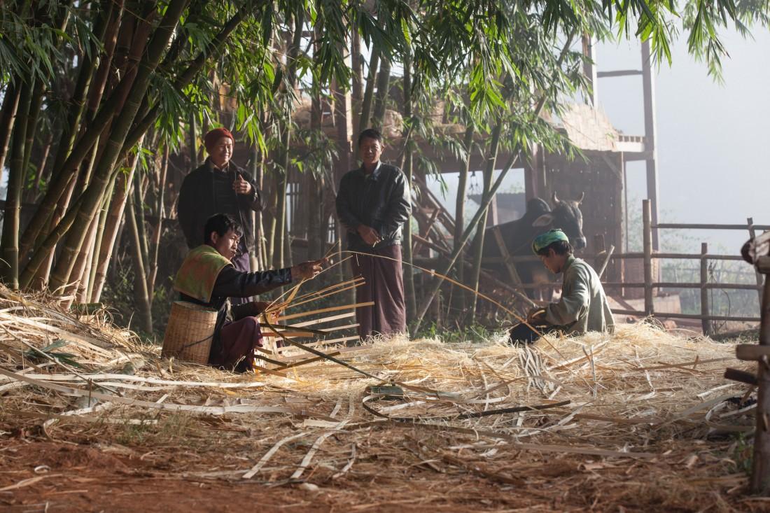 Einige Dorfbewohner sind Korbmacher für Bambuskörbe