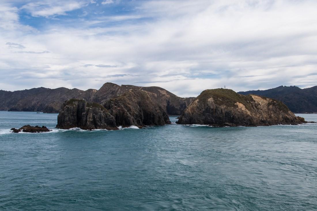 Berghäne und Felsen links und rechts der Fähre