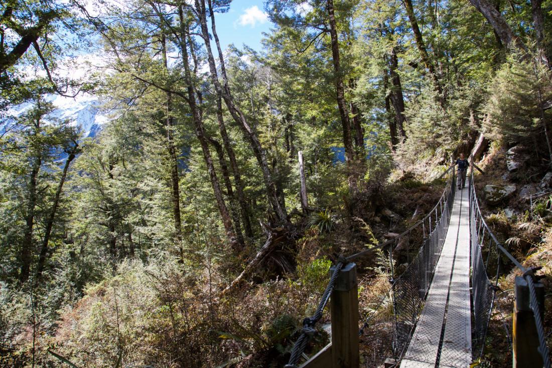 Hängebrücke mit Ausblick auf das Bergpanorama