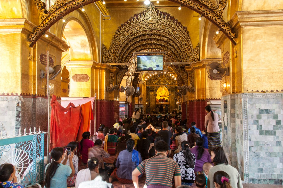 Hunderte budhistische Gläubige im Mahamuni Tempel