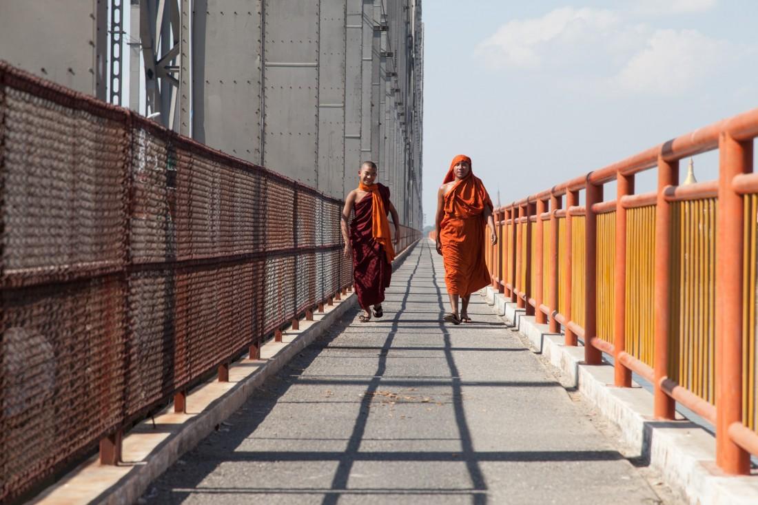 Ein Spaziergang auf der großen Yadanabon Ayeyerwady Brücke